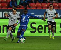 Fotball Tippeligaen Rosenborg - Haugesund<br /> 20 september 2013<br /> Lerkendal Stadion, Trondheim<br /> <br /> Mike Jensen, Rosenborg (V) og Umaru Bangura, Haugesund, i duell. Bak til høyre : Pål Andre Helland<br /> <br /> <br /> Foto : Arve Johnsen, Digitalsport