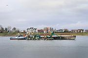 Nederland, Nijmegen, 16-11-2020 In de waal wordt de vaargeul uitgebaggerd . In de loop van de tijd is deze onregelmatig uitgesleten door het stromende water en bij laagwater kunnen binnenvaartschepen minder lading, vracht innemen vanwege de onregelmatige bodem hoogte. De Waal is het Nederlandse deel van de Rijn en de belangrijkste vaarroute van en naar Rotterdam en Duitsland .Foto: ANP/ Hollandse Hoogte/ Flip Franssen