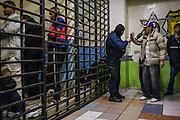 Un policia le quita las esposas a un hombre para encerrarlo en una celda despues de un operativo en busca de vendedores de droga en las calles de Tijuana, México. 09 de marzo de 2009. A police take away a man's wives to lock him in a cell after an operation in search of drug dealers on the streets of Tijuana, Mexico. March 9, 2009.