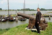 Persbijeenkomst tweede seizoen Dokter Tinus in Woudrichem dat figureert als standplaats voor de serie.<br /> <br /> Op 3 september start de nieuwe serie van Dokter Tinus bij SBS 6<br /> <br /> Op de foto: Thom Hoffman