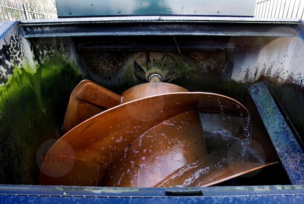 Nederland Zevenhuizen 12 november 2008 20081112 Foto: David Rozing ..Serie Zuidplaspolder, poldergemaal Bierhoogt in bedrijf. Ook in de verschillende watergangen / tochten in deze polder bestaat een verschil in waterniveau, waardoor het noodzakelijk is gemalen te gebruiken voor de waterafvoer..De Zuidplaspolder is de laagste plek in Nederland en Europa, het laagste punt in de polder meet 6,76 meter onder NAP. Omdat het gebied zo laaggelegen is zijn  plannen voor deze polder omstreden/ is er een felle discussie over.  .De Zuidplaspolder is in de Nota Ruimte aangewezen als één van de grote ontwikkelingslocaties in Nederland.  Er moeten 15.000 tot 30.000 nieuwe woningen komen, 150 tot 250 ha bedrijventerreinen, mogelijk 200 ha extra glastuinbouw en waterberging. Om deze verstedelijking mogelijk te maken wordt de grens van het Groene Hart aangepast. Duurzaamheid is een belangrijk onderdeel bij de planning en uitvoering..Het gebied is aangewezen als studielocatie voor stadsuitbreiding. Tegenstanders geven aan dat gezien de diepte van de polder waterproblematiek zich onafwendbaar zal gaan voordoen. Voorstanders geven aan dat met aanpassingen in het watersysteem en goede planning zoals wonen, werken, recreëren gepland op plekken waar dat gezien het water en de bodem het meest gunstig het een veilige omgeving zal zijn. ..Foto: David Rozing