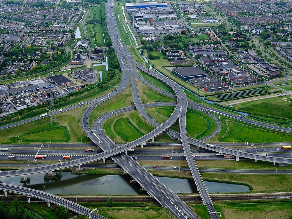 Nederland, Zuid-Holland, Rotterdam, 14-05-2020; IJsselmonde, Charlois. Vaanplein. Kruising A 29 met A15,windmolenknooppunt.<br /> Traffic junction Vaanplein.<br /> <br /> luchtfoto (toeslag op standard tarieven);<br /> aerial photo (additional fee required);<br /> copyright foto/photo Siebe Swart