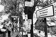 Duitsland, Giessen, 12-9-1989Oost-duitse vluchtelingen in het opvangkamp Giessen. Gevluchte burgers uit de DDR werden o.a. hier opgevangen,ingeschreven en van een uitkering voorzien. Via een opening in het ijzeren gordijn in Hongarije en duitse ambassades in oost-europese landen stroomden oost-duitsers naar het westen. het betekende het begin van het einde van de ddr en het communistische systeem.Foto: Flip Franssen/Hollandse Hoogte