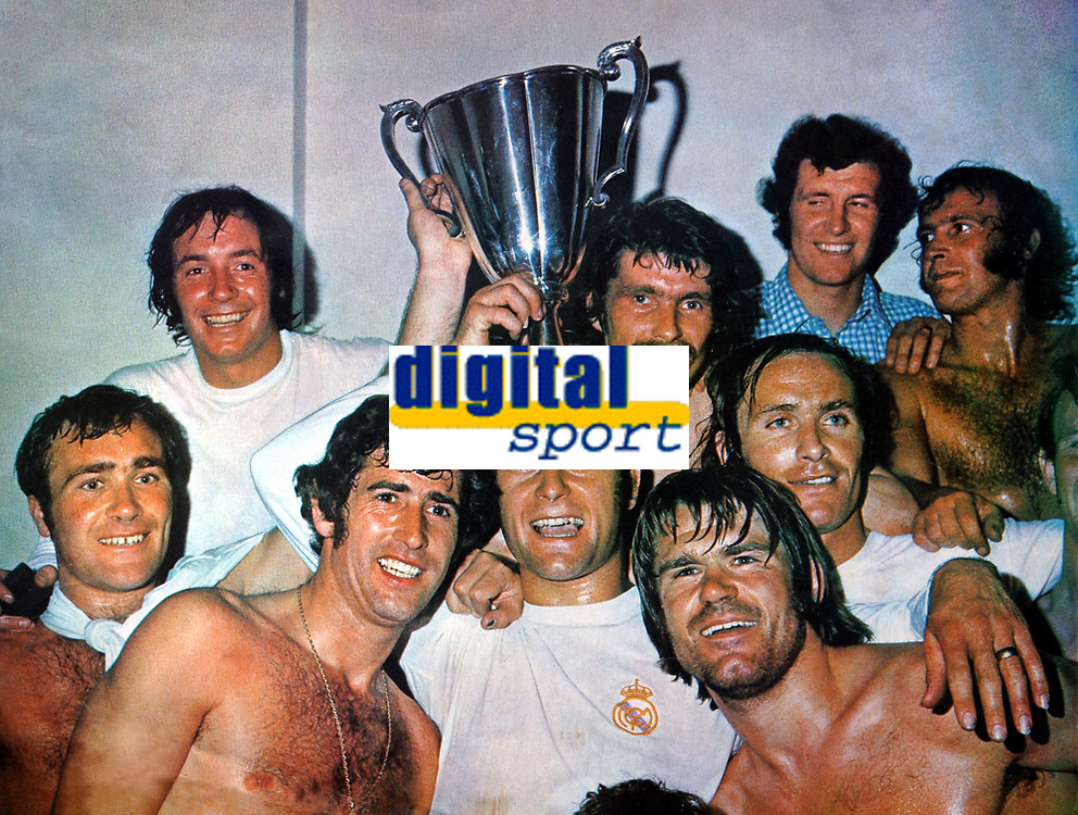 Fotball<br /> England<br /> Foto: Colorsport/Digitalsport<br /> NORWAY ONLY<br /> <br /> Chelsea historikk<br /> Chelsea Team with the trophy. Back row L to R. John Boyle, Charlie Cooke, Peter Osgood, Tommy Baldwin. Front row : Ron Harris, Peter Bonetti, Keith Weller, David Webb and John Dempsey. Chelsea v Real Madrid. European Cup Winners Cup Final Replay 1971 Athens. 21/5/71
