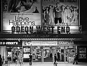 Londyn, 2009-10-23. Leicester Square - plac w centralnym Londynie - stanowi centrum rozrywki i jedną z głównych atrakcji turystycznych miasta. Odeon West End, kino na południowej stronie Leicester Square.