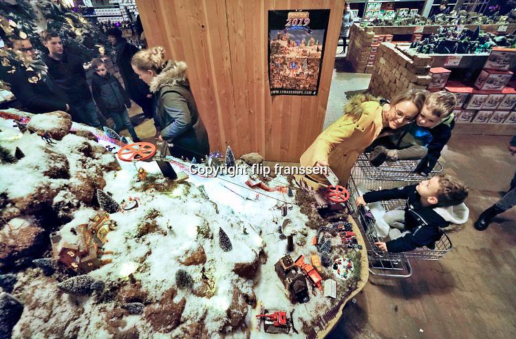 Nederland, Duiven, 11-12-2019 Bij Intratuin is de kerstverkoop in volle gang.  Deze vestiging pakt groot uit met een grote en luxe kerstafdeling, toegankelijk via een sprookjesachtige roltrap, en een uitgebreide presentatie van modelspoor landschappen in kerstsfeer en wintersfeer .Foto: Flip Franssen