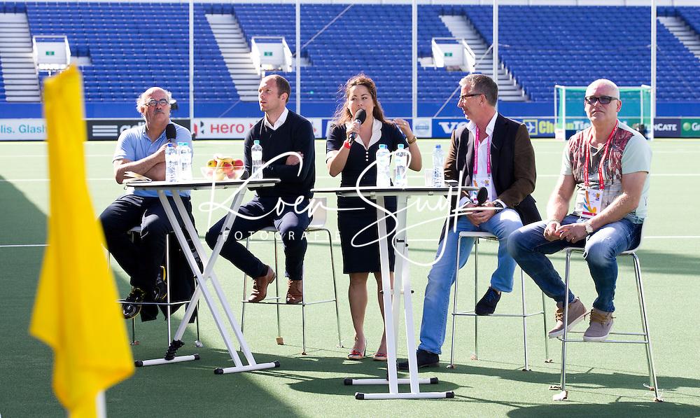 DEN HAAG - Gastcollege in Greenfieldstadium<br /> Wat is het verschil tussen voetbal en hockey?Onder leiding van televisie presentatrice Jet Sol zullen Voetbal International presentator en voormalig topvoetballer Rene van der Gijp, bondsdirecteur Johan Wakkie, voormalig top hockeyer Teun de Nooijer en voetbalmakelaar Rob Jansen zich in het bijzijn van 1300 Haagse studenten over deze kwestie uitspreken.FOTO KOEN SUYK<br />