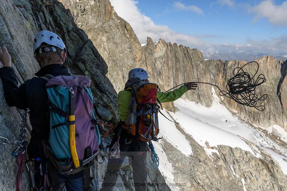 Zwei Alpinisten beim Abseilen vom Galengrat. Hinten die Obere Bielenlücke, eine Etappe auf der Tour, Furka, Uri, Schweiz<br /> <br /> Two alpinists are abseiling from the Galengrat. In the Background the Obere Bielenlücke, a stage on the tour, Furka, Uri, Switzerland