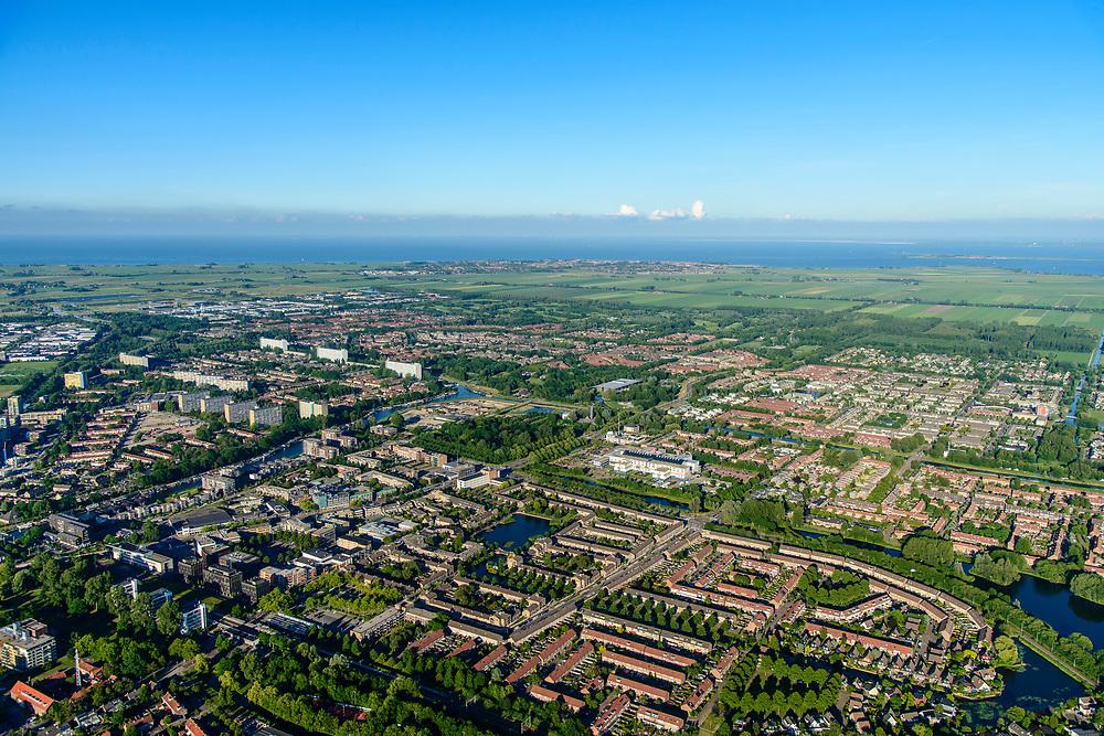 Nederland, Noord-Holland, Gemeente Purmerend, 13-06-2017; nieuwbouwwijken De Gors en Purmer-Zuid, gezien naar Polder De Purmer. IJsselmeer in het verschiet.<br /> Purmerend, small city north of Amsterdam w new residential quarters<br /> <br /> luchtfoto (toeslag op standard tarieven);<br /> aerial photo (additional fee required);<br /> copyright foto/photo Siebe Swart