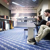 Nederland, Amsterdam , 29 april 2010..Bezoekers van RAF electronica beluisteren verschillende audio speakers in een vernieuwde RAF winkel..Het is elektronicaketen Raf gelukt een doorstart te maken. De winkel in Amsterdam zal in afgeslankte vorm vanaf 1 mei weer open zijn. Raf gaat 'terug naar de oorsprong' en zal alleen nog beeld- en audioapparatuur verkopen..De computerafdeling van Raf keert niet terug en het logo zal ook verdwijnen. Mogelijk zal de keten zelfs een andere naam moeten gebruiken, aangezien de merknaam Raf deel van het faillissement uitmaakt. De doorstart is mogelijk gemaakt door een kapitaalinjectie van een groep investeerders onder leiding van de oud-voorzitter van de Kamer van Koophandel Amsterdam, schrijft Het Parool. Amnon Rafalowicz, de oprichter en eigenaar van de keten, zou niet bij de doorstart betrokken zijn.Foto:Jean-Pierre Jans