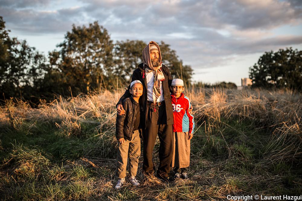 20092015. Montreuil (93). Eco-festival La Voie est Libre 2015 où le temps d'une journée l'A186 est fermée à la circulation pour des animations et activités. rencontre avec Ibrahim et ses deux fils Issa et Mohamed, originaires d'Obilic au Kosovo. Après avoir vécu en Suisse et en Allemagne, ils vivent à Montreuil  aujourd'hui. Ils sortent de la Mosquée Al-Oumma où ils sont allés prier.