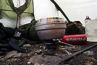 Koke vann på brenner, Primus Omnifuel, i telt, Boiling water on a prrimus omnifuel in a tent