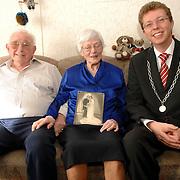 NLD/Huizen/20070305 - Burgemeester van Gils bezoekt 60 Jarig huwelijk fam. Schouten - van Heteren appartement Gooierserf 32 Huizen
