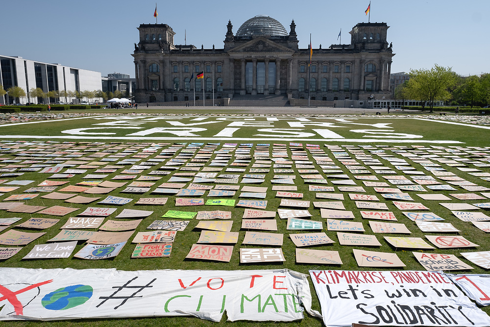 """Der geplante 5. globale Klimastreik von Fridays For Future findet aufgrund der Corona-Pandemie (Coronavirus SARS-CoV-2) online als #NetzstreikFürsKlima und mit einer Kunstaktion vor dem Bundestag in Berlin statt. 20 AktivistInnen von Fridaysforfuture legen unter dem Motto """"Fight every Crisis"""" auf der Reichstagswiese mehrere tausend Plakate aus, die von aus etwa 70 Ortsgruppen aus ganz Deutschland eingeschickt wurden.<br /> <br /> <br /> [© Christian Mang - Veroeffentlichung nur gg. Honorar (zzgl. MwSt.), Urhebervermerk und Beleg. Nur für redaktionelle Nutzung - Publication only with licence fee payment, copyright notice and voucher copy. For editorial use only - No model release. No property release. Kontakt: mail@christianmang.com.]"""