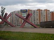 """Moskau/Russische Foederation, RUS, 06.05.2008: Das Mahnmal fuer den Angriff der Wehrmacht auf Moskau im Zweiten Weltkrieg. Die Sperren (""""Spanische Reiter"""") stehen im Vorort Chimki an jener Stelle der Leningrader Chaussee, die das Panzer-pionierbataillon 62 am 2. Dezember 1941 erreichte. Es ist der weiteste Punkt, den die.Heeresgruppe Mitte bei dem Vorstoss erreichte. Von dort wurde sie von einer sowjetischen Gegenoffensive zurueckgeworfen. Bei russischen Hochzeitspaaren.ist das Mahnmal fuer eine der Entscheidungsschlachten des """"Grossen Vaterlaendischen.Krieges"""" ein beliebtes Motiv fuer Fotos nach der Trauung.<br /> <br /> Moscow/Russian Federation, RUS, 06.05.2008:  WWII memorial at the Moscow quater """"Chimki"""" - up till here  German soldiers reached Moscow during their attack in December 1941."""