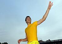 Fotball<br /> Tyskland<br /> 25.09.2010<br /> Foto: Witters/Digitalsport<br /> NORWAY ONLY<br /> <br /> Schlussjubel Nuri Sahin (Dortmund), verschenkt sein Trikot an Fans<br /> Bundesliga, FC St. Pauli - Borussia Dortmund 1:3