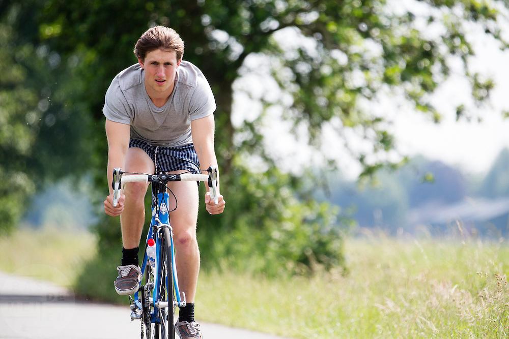 In de omgeving van Hollandsche Rading genieten mensen op de fiets van het mooie weer tijdens het Pinksterweekeinde.<br /> <br /> Near Hollandsche Rading people are enjoying the nice weather by bike.