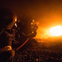Stage incendie au Fort de Domont.  Réalisation de brûlages contrôlés à des fins d'étude du feu et de formation aux techniques d'extinction des sapeurs-pompiers.  <br /> Octobre 2016 / Domont (95) / FRANCE<br /> Voir le reportage complet (80 photos) http://sandrachenugodefroy.photoshelter.com/gallery/2016-10-Stage-Feu-au-Fort-de-Domont-Complet/G00004jmSqrpwgog/C0000yuz5WpdBLSQ