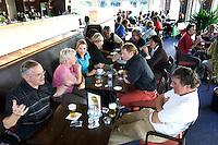 Heelsum - Gezelligheid in het clubhuis. 19e hole.  Van Lanschot bankiers , sponsor bij  de Golfjournaalbeker 2006 op de Heelsumse GC. COPYRIGHT KOEN SUYK