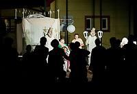 """31.07.2016 Kleszczele woj podlaskie Miedzynarodowy Festiwal Teatralny Wertep , odbywajacy sie juz po raz 8. w miasteczkach i wsiach pogranicza polsko-bialoruskiego w rejonie Puszczy Bialowieskiej n/z spektakl """" Decadence """" teatru The Theatre Company Mr Pejo's Wandering Dolls z Rosji fot Michal Kosc / AGENCJA WSCHOD"""