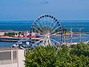 Widok ze szczytu Kamiennej Góry na port jachtowy, Gdyńskie Koło Widokow oraz Muzeum Oceanograficzne i Akwarium Morskie Morskiego Instytutu Rybackiego w Gdyni.