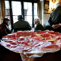 Italie,Parma ,Zibello,27 december 2006..Cafe, bar, trattaria Leon d'Oro..De plaatselijke bewoners legt een kaart onder het genot van een glaasje wijn en de superieure culatello ham ...Foto:Jean-Pierre Jans
