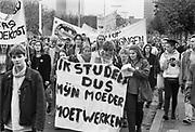 Nederland, Den Haag, 1994Demonstratie van studenten tegen de studiefinanciering en hervormingen in het wetenschappelijk onderwijs door minister Ritzen..Georganiseerd door de LSVB. De demonstranten in het midden zijn Diederik Samsom, later kamerlid en fractievoorzitter van de PvdA en Kysia Hekster, later correspondent in Rusland voor de NOS, ntr, journaal.Foto: Flip Franssen/Hollandse Hoogte