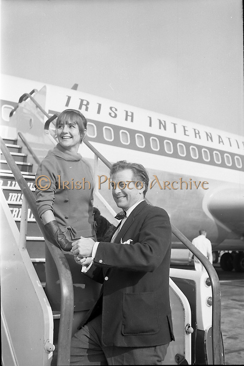 24/09/1966<br /> 09/24/1966<br /> 24 September 1966<br /> Miss Etta Murphy, Canadian actress arrives at Dublin Airport for Theatre Festival. Special for Jack Aranson Productions, 19 Wicklow Street Dublin.