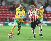 Fotball<br /> England<br /> Foto: Colorsport/Digitalsport<br /> NORWAY ONLY<br /> <br /> Arturo Lupoli (Norwich City) turns Joseph Mills (Southampton)<br /> Southampton vs Norwich City Coca-Cola Championship St Mary's Stadium 30/9/2008