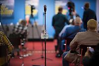 DEU, Deutschland, Germany, Berlin, 31.08.2020: Ein Spender für Desinfektionsmittel ist an einem Mikrofonständer befestigt bei einer Pressekonferenz im Tagungszentrum der Bundespressekonferenz.