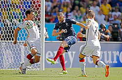 04.07.2014, Maracana, Rio de Janeiro, BRA, FIFA WM, Frankreich vs Deutschland, Viertelfinale, im Bild Mats Hummels, left, from Germany fights for the ball against Karim Benzema from France // during quarterfinals between France and Germany of the FIFA Worldcup Brazil 2014 at the Maracana in Rio de Janeiro, Brazil on 2014/07/04. EXPA Pictures © 2014, PhotoCredit: EXPA/ Eibner-Pressefoto/ Cezaro<br /> <br /> *****ATTENTION - OUT of GER*****