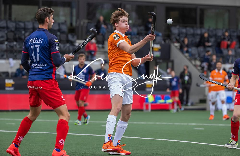 AMSTELVEEN -  Casper van der Veen (Bldaal) met Nicolas Poncelet (Leopold) tijdens de halve finale wedstrijd mannen EURO HOCKEY LEAGUE (EHL),  HC Bloemendaal- Royal Leopold Club (Bel)(1-1) Bloemendaal wint shoot outs en plaatst zich voor de finale.  COPYRIGHT  KOEN SUYK