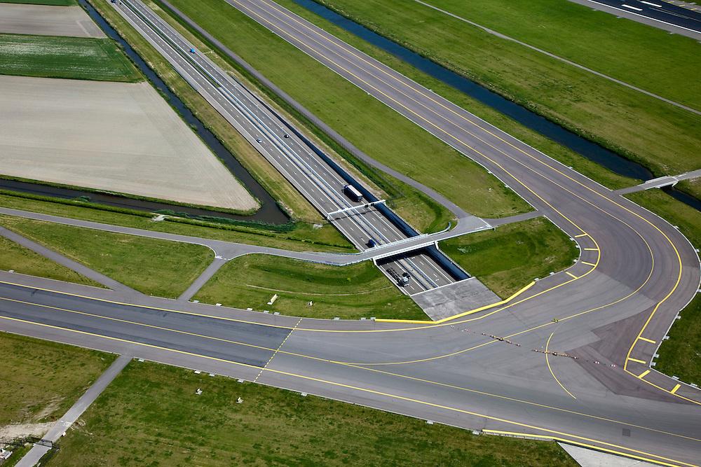 Nederland, Noord-Holland, Haarlemmermeer, 12-05-2009; luchthaven Schiphol, kruising snelweg A9 met taxibanen die horen bij de Polderbaan.Swart collectie, luchtfoto (toeslag); Swart Collection, aerial photo (additional fee required).foto Siebe Swart / photo Siebe Swart