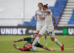 Patrick Olsen (AaB) og Bryan Oviedo (FC København) under kampen i 3F Superligaen mellem FC København og AaB den 17. juni 2020 i Telia Parken, København (Foto: Claus Birch).