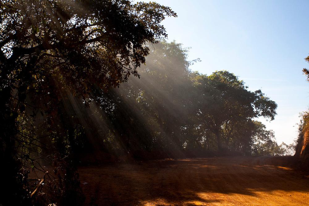 Tiradentes_MG, Brasil...Estrada de terra em Tiradentes, Minas Gerais...The dirt road in Tiradentes, Minas Gerais...Foto: LEO DRUMOND / NITRO