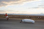 Damjan Zubovnik gaat van start voor zijn eerste recordpoging. In Battle Mountain (Nevada) wordt ieder jaar de World Human Powered Speed Challenge gehouden. Tijdens deze wedstrijd wordt geprobeerd zo hard mogelijk te fietsen op pure menskracht. Ze halen snelheden tot 133 km/h. De deelnemers bestaan zowel uit teams van universiteiten als uit hobbyisten. Met de gestroomlijnde fietsen willen ze laten zien wat mogelijk is met menskracht. De speciale ligfietsen kunnen gezien worden als de Formule 1 van het fietsen. De kennis die wordt opgedaan wordt ook gebruikt om duurzaam vervoer verder te ontwikkelen.<br /> <br /> Damjan Zubovnik is on his way in the Eivie for his first record attempt. In Battle Mountain (Nevada) each year the World Human Powered Speed Challenge is held. During this race they try to ride on pure manpower as hard as possible. Speeds up to 133 km/h are reached. The participants consist of both teams from universities and from hobbyists. With the sleek bikes they want to show what is possible with human power. The special recumbent bicycles can be seen as the Formula 1 of the bicycle. The knowledge gained is also used to develop sustainable transport.