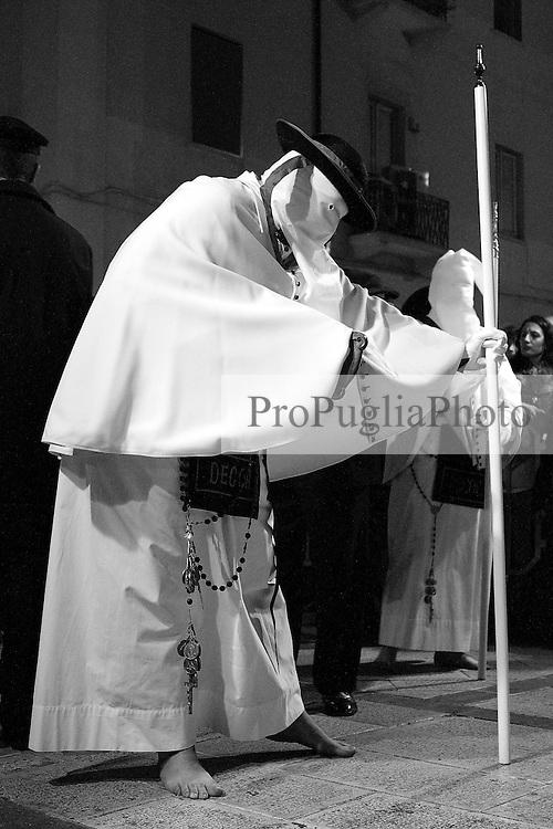 I riti della Settimana Santa a Taranto, in primo piano il troccolante.