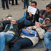 Vrouwen Tegen Uitzetting (VTU) voert op 14 april 2012 een 'lig-actie' op de Dam.Tégen het op straat zetten van vluchtelingen, vóór fatsoenlijke opvang.VTU is een netwerk van Nederlandse en vluchtelingenvrouwen met en zonder verblijfsvergunning. VTU zet zich in voor een goed asielbeleid en aandacht voor de positie van vrouwelijke vluchtelingen.Het protest richt zich in de eerste plaats tegen het op straat zetten van vluchtelingen en pleit voor fatsoenlijke opvang. Maar er komt meer aan de orde. Diverse sprekers belichten of bezingen het wetsontwerp over 'gewortelde kinderen', het Kinderpardon, de schandalig hoge legeskosten en de slordige, haastige, asielprocedure.Om 15.00 u worden één voor één de namen van vluchtelingen  opgelezen die op straat zijn gezet, terwijl de aanwezigen op de Dam gaan liggen om te laten zien hoeveel asielzoekers op straat moeten leven.Sprekers zijn o.a. Vincent Bijloo cabaretier; Marieke Doorninck (Groen Links gem Amsterdam); Khadija Arib (2e K PvdA); Tofik Dibi (2e K GroenLinks)Stephanie Mbanzendore - Burundese en Myra.