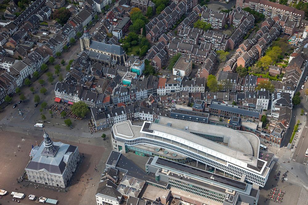 Nederland, Limburg, Gemeente Maastricht, 27-05-2013; Beneden in beeld winkel- woon- en werkgebied Mosae Forum (architecten Jo Coenen en Bruno Albert ) aan de Gubbelstraat en het stadhuis op de Markt in het historische centrum van Maastricht.<br /> Mosae Forum shopping (architects Jo Coenen en Bruno Albert )  and the town hall on the Markt (market square) in the historic center of Maastricht .<br /> luchtfoto (toeslag op standaardtarieven);<br /> aerial photo (additional fee required);<br /> copyright foto/photo Siebe Swart.