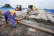 Nederland, Nijmegen 2-8-2012Werkzaamheden aan de weg. De brug over het maaswaal kanaal bij Neerbosch. Een wegwerker bezig met slijpen van metaal met de slijptol. A73 Foto: Flip Franssen/Hollandse Hoogte