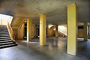 Duitsland, Elstal, 22-7-2012Serie mbt het olympisch dorp van de spelen in 1936 in Berlijn. Het terrein en de overgebleven gebouwen worden de komende jaren door een Duitse stichting opgeknapt en daarna opengesteld voor publiek. Nu is alleen het paviljoen war ook de Amerikaanse zwarte atleet Jesse Owens verbleef in oude luister hersteld en te bezichtigen.Andere zichtbare overblijfselen zijn trainingsfaciliteiten zoals de sporthal, het zwembad en de atletiekbaan. Ook het gebouw waar gegeten werd, Speisehaus der Nationen, en het zgn. Hindenburghaus staan er nog. In het laatste was ook een theater en filmzaal die door de Russen werd gebruikt. Zij nestelden zich op het terrein na de oorlog en bleven er tot 1990.Foto: Flip Franssen/Hollandse Hoogte