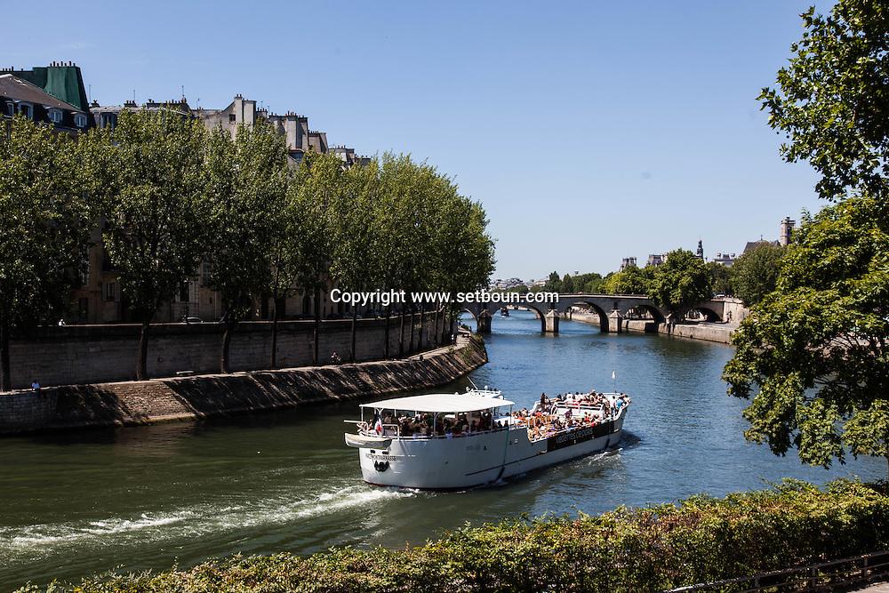 France. Paris. 4th district. Quai des celestins in the Distance Saint Louis island. seine river