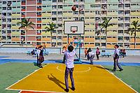 Chine, Hong Kong, Kowloon, quartier d'habitation très dense, etudiants jouant au basket // China, Hong Kong, Kowloon island, Densely crowded apartment buildings, students playing basketball