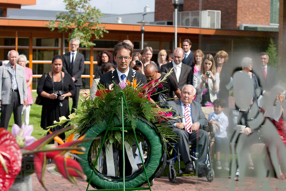 Locoburgemeester Uitdehaag van Wageningen heeft een krans gelegd bij het monument. In verzorgingstehuis Rumah Kita in Wageningen wordt de jaarlijkse Indië-herdenking gehouden. Op 15 augustus 1945 capituleerde Japan, maar vlak daarna begon de bersiap periode in voormalig Nederlands-Indië. Met de herdenking wordt stil gestaan bij de roerige tijd, waarbij veel Indo's het land moesten verlaten.<br /> <br /> Vice mayor Uitdehaag of Wageningen is laying a garland. Residents of the nursing home for Dutch-Indonesian people Rumah Kita in Wageningen are attending a commemoration for the capitulation of Japan at the Indonesian war. After the war ended a new era started, where most of the Euro-Indonesian people had to leave the country.