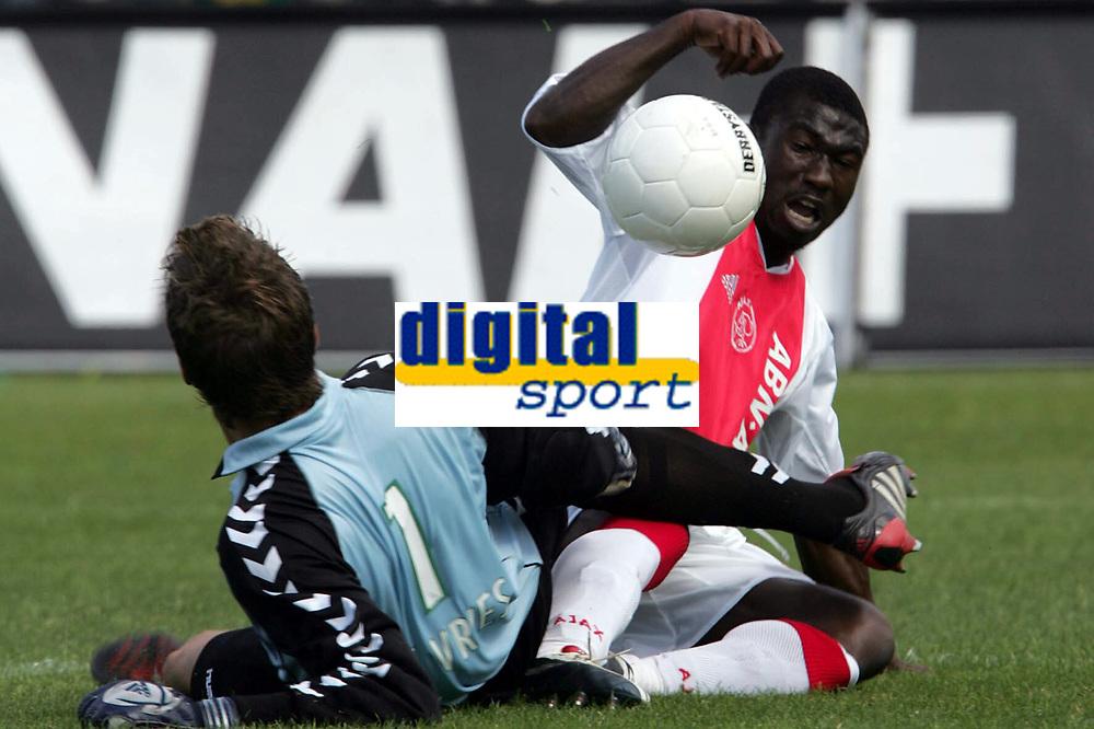 Fotball<br /> Nederland 2004/05<br /> Ado v Ajax<br /> 12. september 2004<br /> Foto: Digitalsport<br /> NORWAY ONLY<br />  anthony obodai en dorus de vries dit was de kans op 4-3