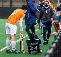 BLOEMENDAAL -   Blessure bij Marlon Landbrug (Pinoke) met links Wouter Jolie (Bldaal) .  .oefenwedstrijd hockey heren, Bloemendaal H1- Pinoke H1 (3-2).  COPYRIGHT KOEN SUYK