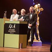 NLD/Utrecht/20181005 - L'OR Gouden Kalveren Gala 2018, Aad van Hall ( zoon bankier van verzet ) reikt gouden kalf uit aan de makers van Bankier van het Verzet, Alain de Levita en Sabine Brion