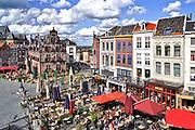 Nederland, Nijmegen, 7-9-2018Cafe's in Nijmegen. Grote Markt, Waaggebouw,stadsgezicht met gevelrij en horeca . Dit is het historische stadscentrum met uitzicht op de benedenstad erachter Foto: Flip Franssen