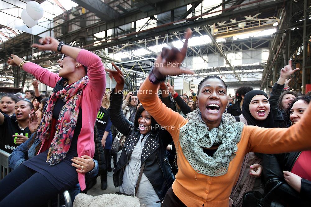 Nederland, Amsterdam , 12 april 2012.. slotmanifestatie Amarantis op het NDSM terrein in Amsterdam Noord..Vrijdag 13 april 2012 organiseren de MBO-scholen van de Amarantis Onderwijsgroep een slotmanifestatie gericht op het behoud van kleinschalig MBO-onderwijs in Amsterdam en Almere. De Amarantis Onderwijsgroep is door het voormalige bestuur opgezadeld met een schuld van 92 miljoen euro, waardoor 30.000 jongeren en 3.300 personeelsleden op straat dreigen te komen staan. De manifestatie vindt vanaf 15.45 uur plaats in de grote hal Noorderstrook op de NDSM-Werf in Amsterdam-Noord (Tt. Neveritaweg 15a). Onder anderen zal Jan Marijnissen spreken, er wordt een petitie aangeboden en leerlingen en bekende artiesten zullen optredens verzorgen. De presentatie is in handen van Gijs Staverman..Op de foto: leerlingen gaan uit hun dak tijdens optredens van  rappers, dans en live muziek door verschillende artiesten, afgewisseld met enkele sprekers..VOORKEURFOTO!.Foto:Jean-Pierre Jans