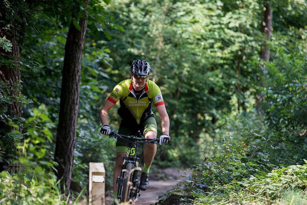In Austerlitz rijdt een mountainbiker met een Duchenne Heroes outfit over het speciaal aangelegde parcours. Op de Utrechtse Heuvelrug mag alleen op de speciale routes gemountainbiket worden.<br /> <br /> In Austerlitz mountainbikers ride at the single track in the woods.